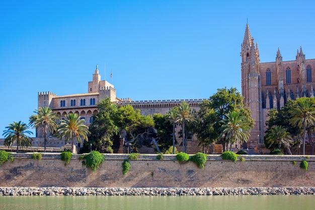 Grote gotische kerk aan de kust