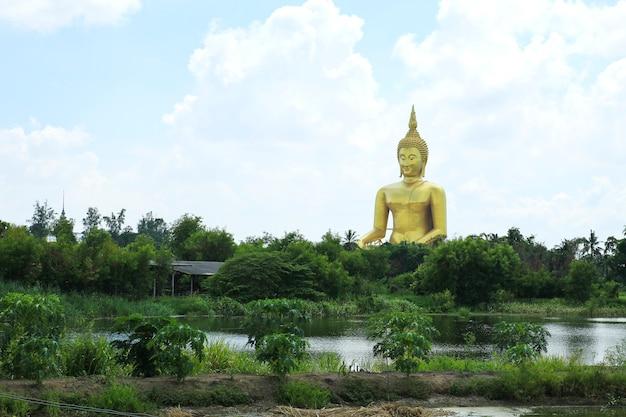 Grote gouden en kunst van boedha in wat muang, angthong-provincie, thailand