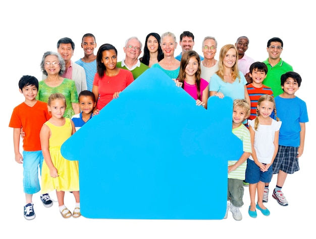 Grote groep mensen houden home-symbool