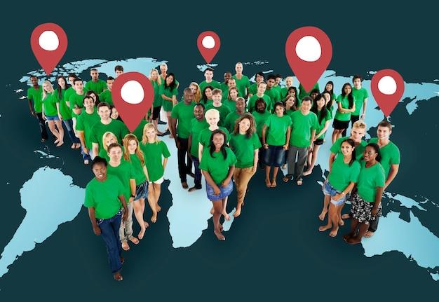 Grote groep mensen van verschillende leeftijden en nationaliteiten