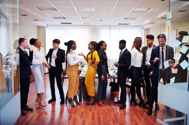 Grote groep van mensen uit het bedrijfsleven staan op kantoor