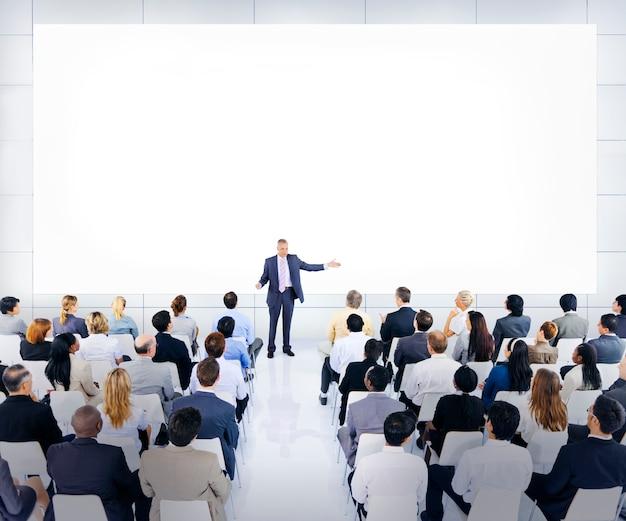 Grote groep van mensen uit het bedrijfsleven tijdens een conferentie