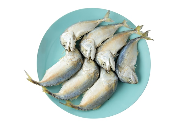 Grote grootte van gestoomde makreelvissen op blauw bord op witte achtergrond