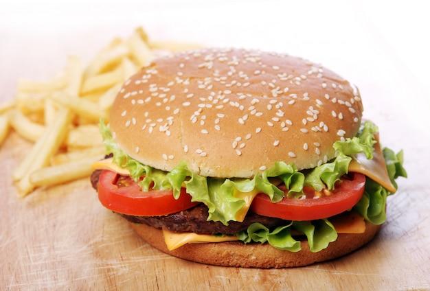 Grote hamburger en friet