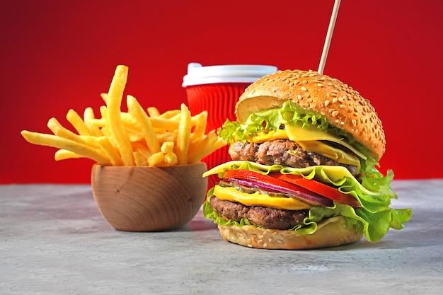 Grote hamburger met dubbel rundvlees, frietjes en drank