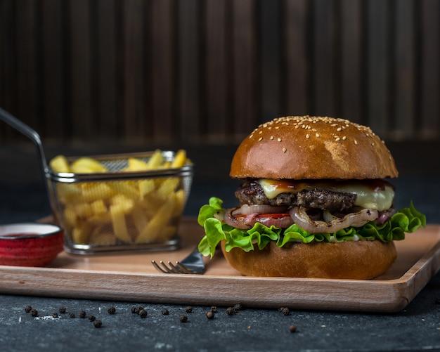 Grote hamburger met geroosterde friet.