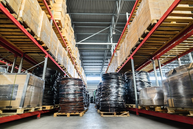 Grote hangar magazijn industriële en logistieke bedrijven. warehousing op de vloer en riep de hoge planken.