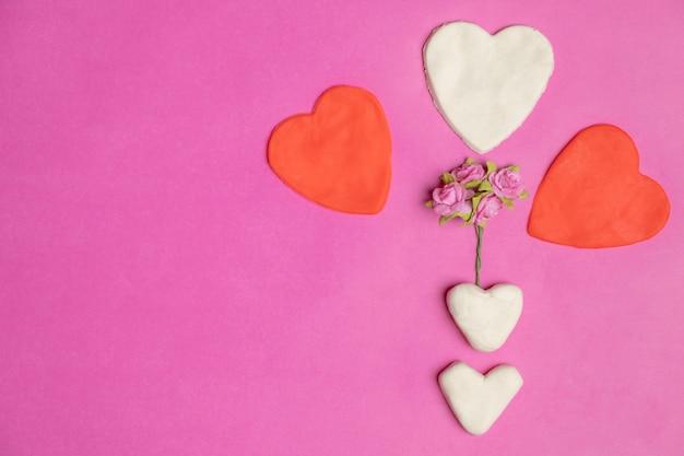 Grote harten op roze achtergrond met ruimte voor tekst, liefde pictogram, valentijnsdag