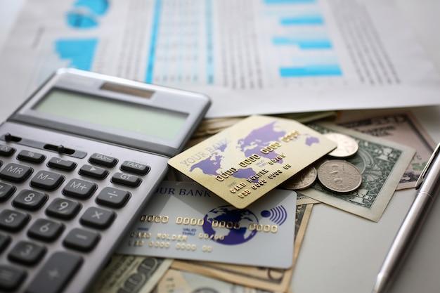 Grote hoeveelheid amerikaanse valuta en rekenmachine met financieel document