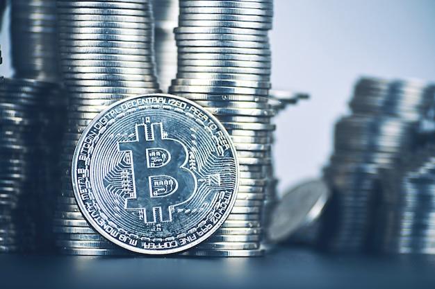 Grote hoeveelheid bitcoin-stijging van cryptocurrency. is het de moeite waard om in crypto te investeren? torens van munten