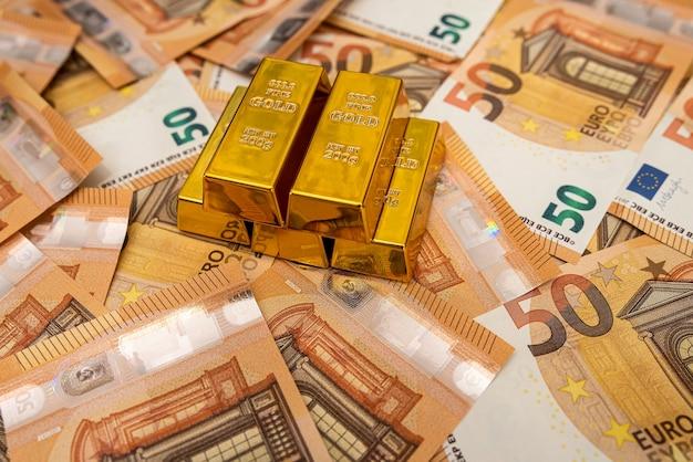 Grote hoeveelheid eurogeldbankbiljetten en goudbesparingsconcept