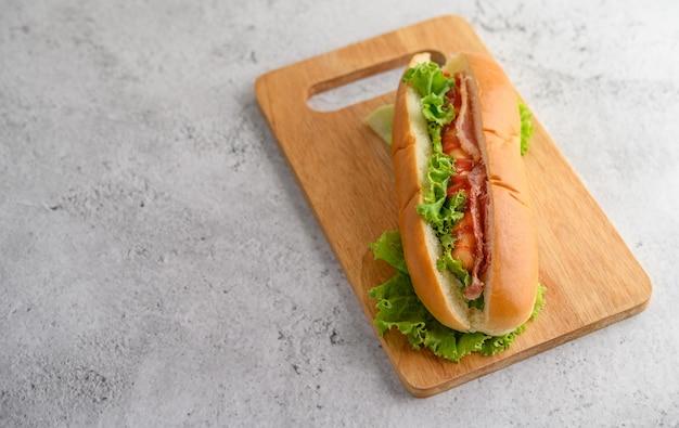 Grote hotdog op houten snijplank