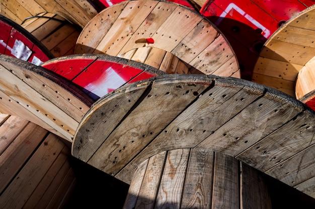 Grote houten kabelhaspels, opgeslagen in een fabriek van elektrische kabels.