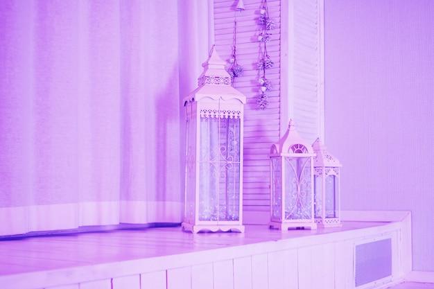 Grote houten lantaarn, vintage vogelkooi en roze huwelijksdecoratie met anjer en eustomabloemen.