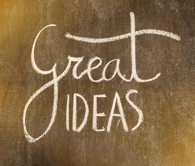 Grote ideeënentekst die op bord wordt geschreven