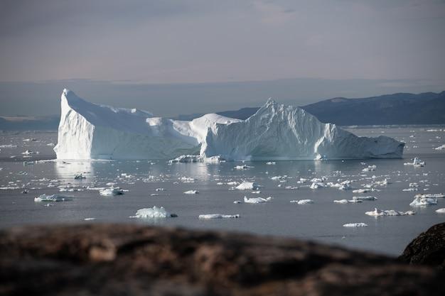 Grote ijsberg die op de oceaan drijft
