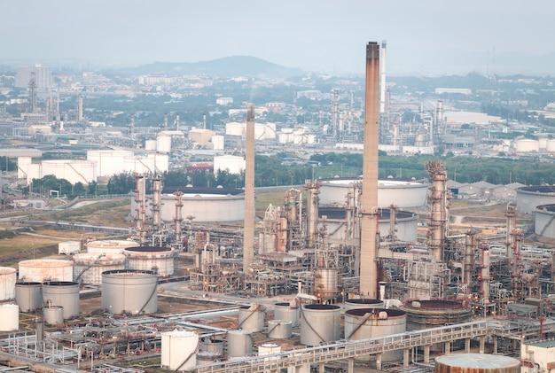 Grote industriële olietanks in een raffinaderij