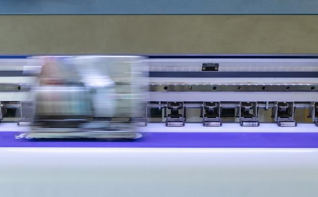 Grote inkjetprinter met printkop op vinylbanner