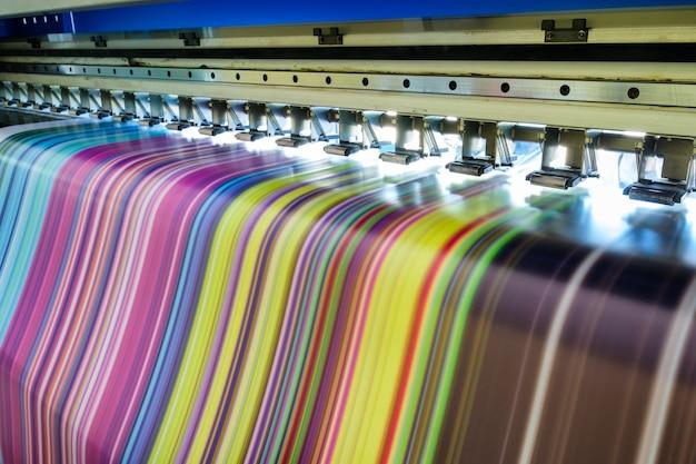 Grote inkjetprinter veelkleurig bezig met vinylbanner