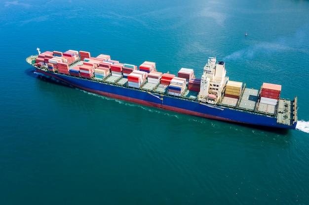 Grote internationale scheepvaart voor het laden van vrachtcontainers