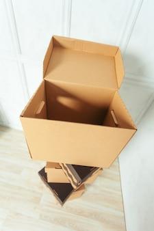 Grote kartonnen dozen staan in een kamer