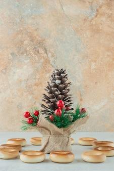 Grote kerst pinecone met ronde heerlijke koekjes op witte achtergrond. hoge kwaliteit foto