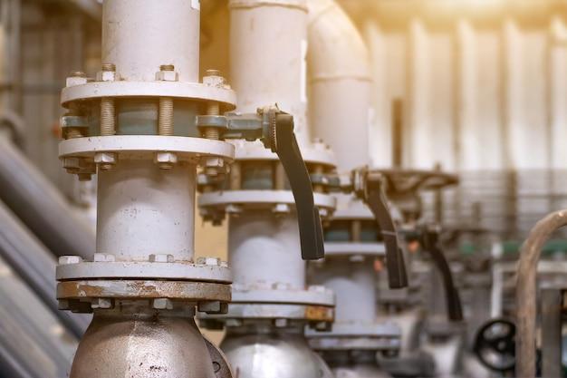 Grote klep en pijpleiding op watersysteem in fabriek