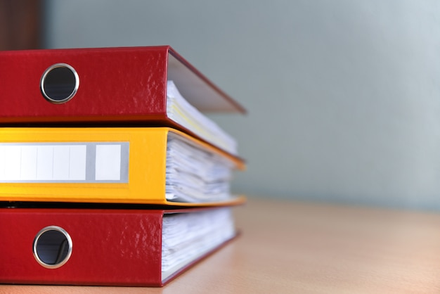 Grote kleurenmappen voor documenten op de lijst in het bureau, close-up, exemplaarruimte