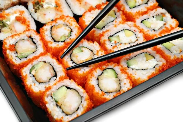 Grote kleurrijke sushireeks en eetstokjes