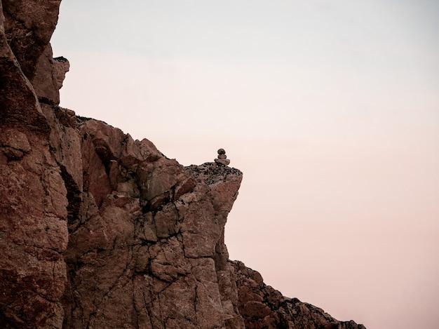 Grote klif. minimalistisch landschap met prachtige rockies. geweldig poollandschap met puntige rots.