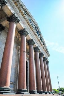 Grote kolommen van de kathedraal van st. isaac in st. petersburg.