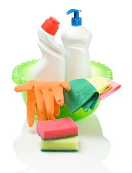 Grote kom met schoonmaakmiddelen