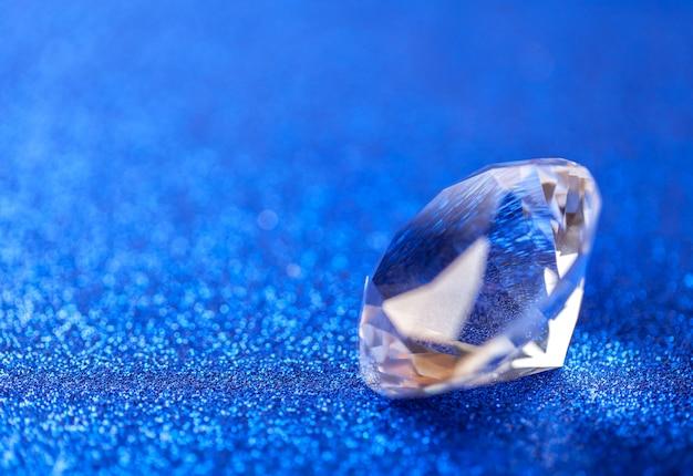 Grote koninklijke zuivere diamant op blauwe fonkelende lovertjes