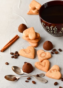 Grote kop koffie en koekjes in de vorm van harten. romantisch ontbijt, romantische valentijnsdag