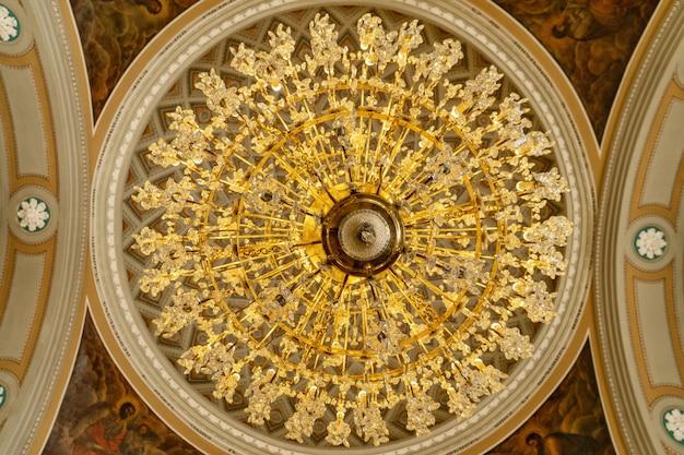 Grote kroonluchter in de orthodoxe kerk