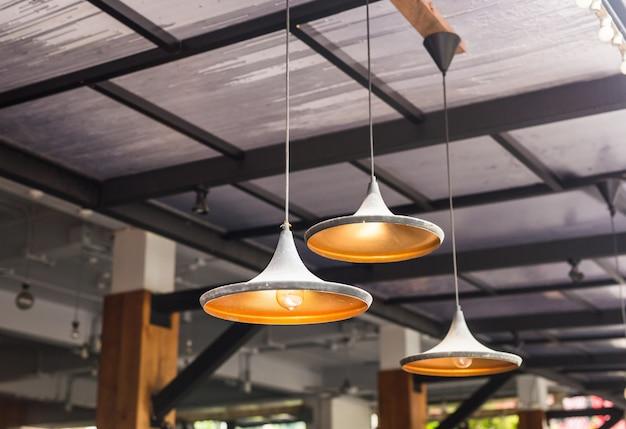 Grote kroonluchter lampen in een café