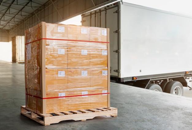 Grote ladingspalletdozen die wachten om in ladingscontainer te laden