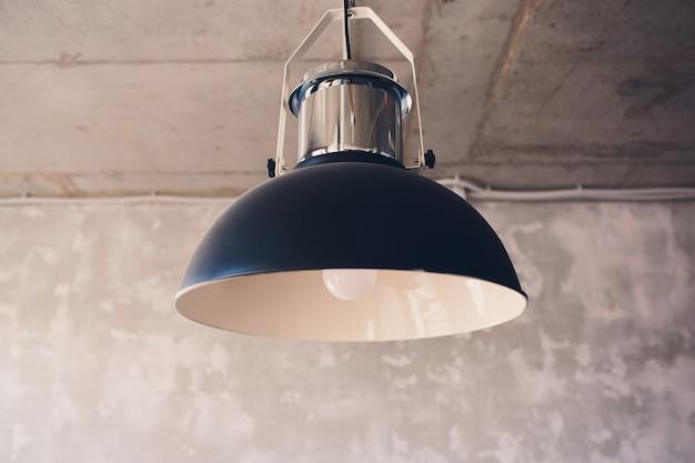 Grote lampen met een metalen verchroomde lampenkap als onderdeel van het interieur.