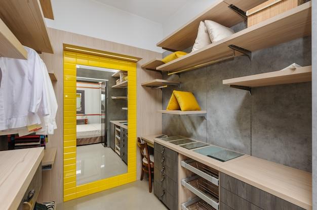 Grote luxe garderobe kamer