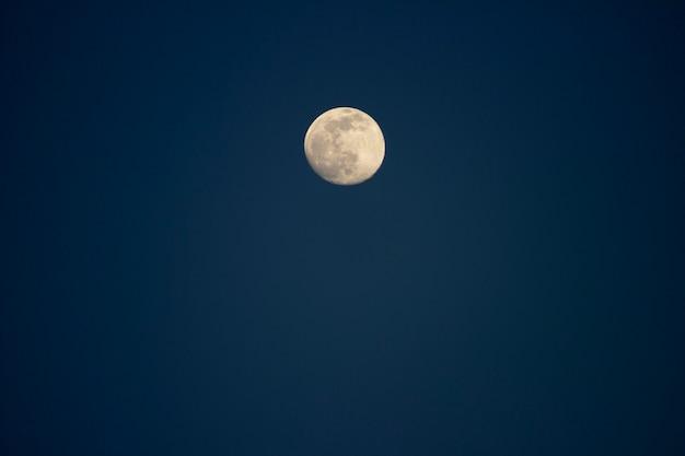 Grote maan aan de blauwe lucht