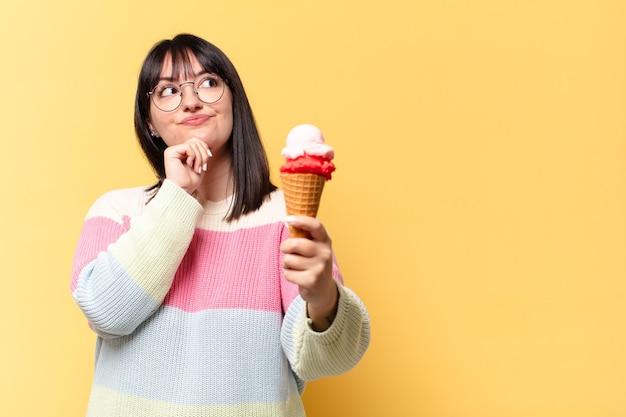 Grote maat mooie vrouw met een ijsje