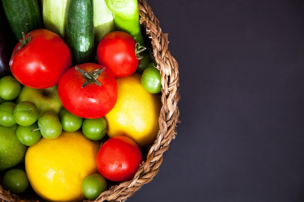 Grote mand met verschillende verse rauwe boerderij groenten