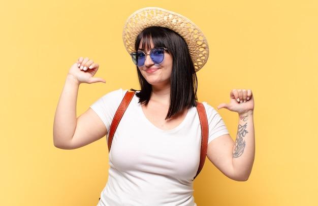 Grote maten mooie vrouw met zonnebril en een hoed op vakantie