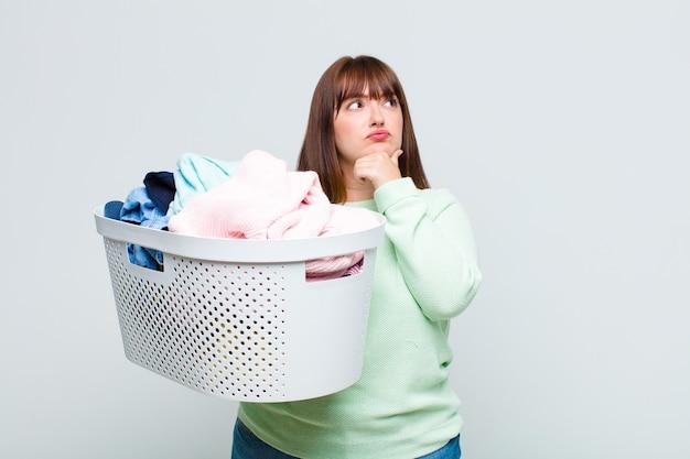Grote maten vrouw denken, twijfelachtig en verward, met verschillende opties, zich afvragend welke beslissing ze moet nemen