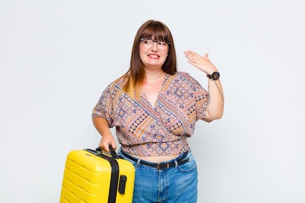 Grote maten vrouw die zich gestrest, angstig, moe en gefrustreerd voelt, aan de hals van het shirt trekt, gefrustreerd kijkt door het probleem