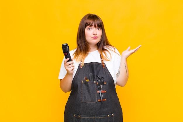 Grote maten vrouw die zich verbaasd en verward voelt, twijfelt, weegt of verschillende opties kiest met een grappige uitdrukking