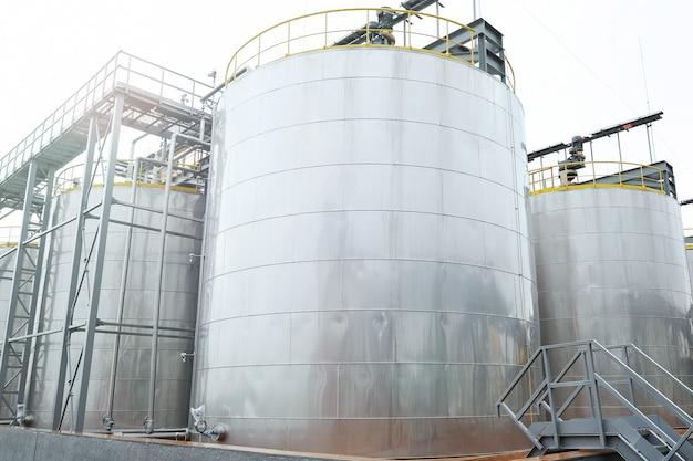 Grote metalen opslagtanks voor aardolieproducten
