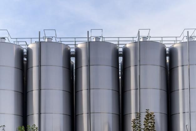 Grote metalen wijn fabriek vaten