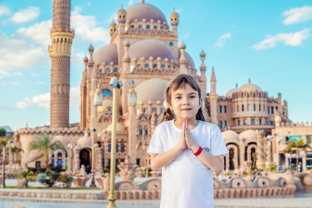 Grote mooie moskee sharm el-sheikh. het kind is aan het bidden. selectieve aandacht