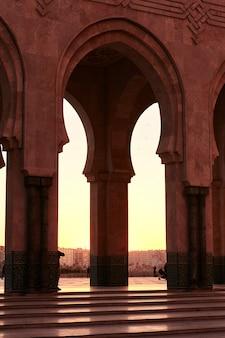Grote moskee van hassan 2 bij zonsondergang in casablanca